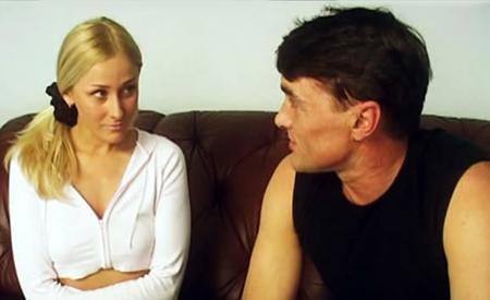 Русскую блонду жестко дерут два парня