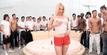 Пятдесят человек трахают блондинку