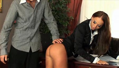 После рабочего дня трахнул секретаршу в попку