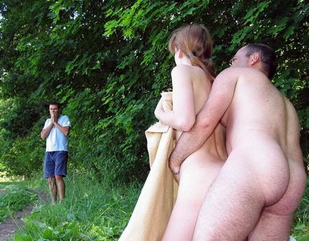 Парень со своей подружкой уединились в тенёчке