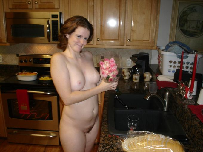 Полнотелая дама на кухне видео