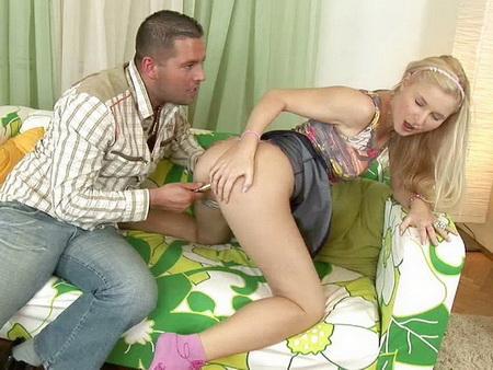 Парень развлекается с нескромной подружкой
